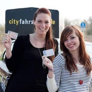 Cityfahrschule Fahrschülerinnen mit ihrern Führerscheine