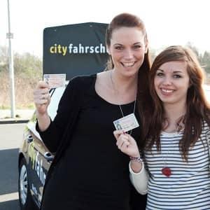 Erfolgreiche Fahrschülerinnen in der Cityfahrschule