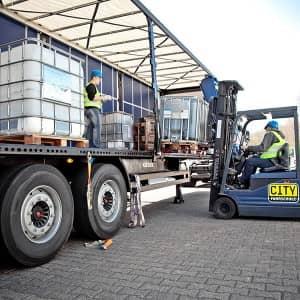 Be- und entladen eines LKWs in der Cityfahrschule